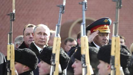 Venäjän presidentti Vladimir Putin ja puolustusministeri Sergei Shoigu kuvattiin lauantaina Kremlin muurin kupeessa, kun he ottivat osaa isänmaan puolustajan päivän eli Venäjän asevoimien päivän juhlallisuuksiin.