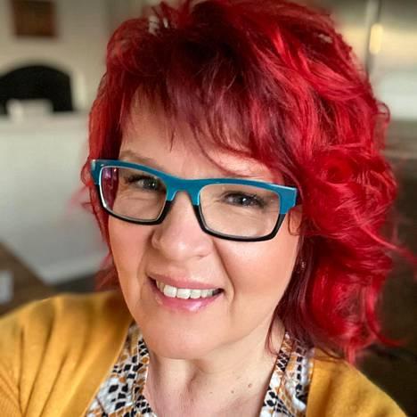 Riitta Koivula on yrittäjä, YET perhepsykoterapeutti ja sairaanhoitaja. Hän on perustanut yhdessä miehensä Mikan kanssa avohoitoklinikan, joka keskittyy riippuvuussairauksiin ja sairastuneiden läheisten hoitoon.