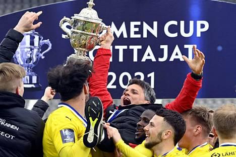 Simo Valakari pelaajien kannettavana cupin mestaruuden jälkeen.