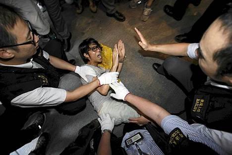 Vartijat poistamassa mielenosoittajia Hongkongin keskustassa sijaitsevan HSBC:n edestä. Occupy Central -liike on ollut alueella viimeiset 10 kuukautta.