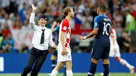 Ranskan ja Kroatian kohtaaminen keskeytyi hetkeksi, kun Pussy Riotin aktivistit ryntäsivät kentälle.