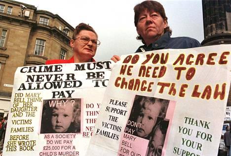 Mielenosoittajat kritisoivat Mary Bellin elämästä kirjoitetun kirjan myyntiä vastaan.