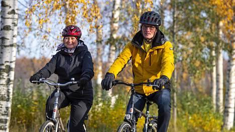 Jouko Haapalainen on joutunut luopumaan muun muassa moottoripyöräilystä. Se harmitti, mutta moni asia on yhä mahdollista sekä yksin että yhdessä puolison Minna Haapalaisen kanssa.