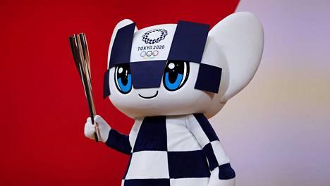Tokion olympialaisten maskotin Miraitowan oli määrä päästä alunperin töihin jo viime kesänä, mutta koronaepidemian vuoksi kisoja siirrettiin vuodella.