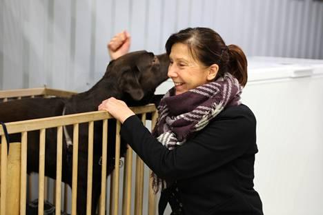 Elina Heinon ja Ossi-koiran tuijotuskilpailu päättyi pusuihin.