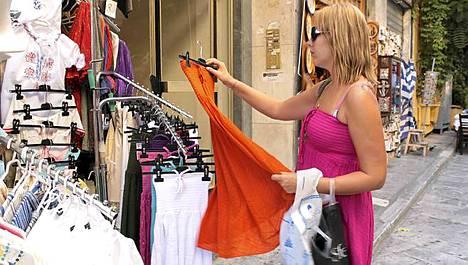 Laura Parjanen löysi itselleen mekon Ateenan vanhastakaupungista.