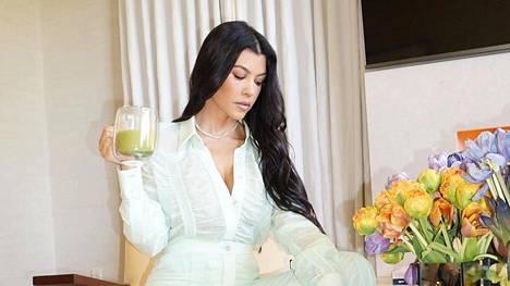 Kourtney Kardashian juo aamuisin avokadosmoothieta.