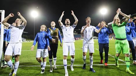 Suomen pelaajat juhlivat EM-karsintavoittoa Liechtensteinista.