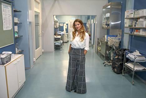 Banerjee opetteli sairaalaklovnin roolia varten muun muassa taikatemppuja. Kuvassa näyttelijä poseeraa Syke-sarjan uuden kauden kulisseissa lavastetussa sairaalassa.