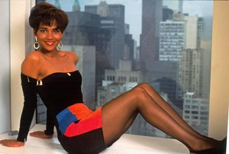 Naimavoltti bisneskierteellä -elokuvassa Halle Berry nähtiin Natalien roolissa. Kuva vuodelta 1991.