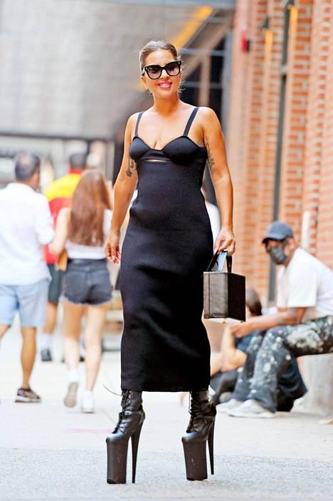 Lady Gaga oli pukeutunut jopa 30-senttisiin korkeisiin korkokenkiin.