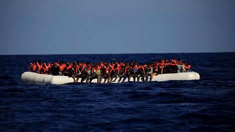 Siirtolaisia kumiveneessä Libyan edustalla syyskuussa 2016.