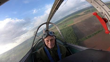 Radiosähköttäjän ja konekivääriampujan koulutuksen saanut veteraani Pentti Vanamo nautiskeli lennosta.