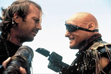 Kevin Costner kuvattuna elokuvan pääpahista esittäneen Dennis Hopperin kanssa.