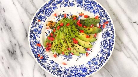 Chili ja mustat seesaminsiemenet maustavat avokadocarpaccion.