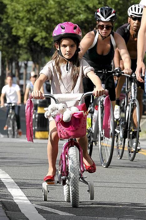 Suri sai kokeilla pyöräilyä myös ilman äidin apua.