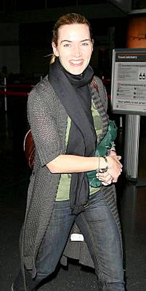 Kate Winslet saapui New Yorkiin kankaaseen kääritty Oscar-patsas kainalossaan.