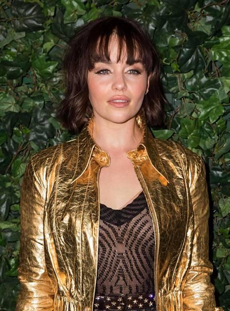 Näyttelijä Emilia Clarke tunnetaan parhaiten pitkä- ja vaaleahiuksisesta roolihahmostaan Daenerysista, mutta vapaa-ajalla hiukset ovat jotain aivan muuta.