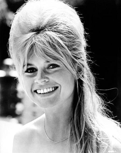 Brigitte Bardot edusti klassista 60-luvun hiustyyliä, johon kuului korkeaksi tupeerattu kampaus ja jälleen 2020-luvulla muotiin noussut, pitkäksi venähtänyt verho-otsis.
