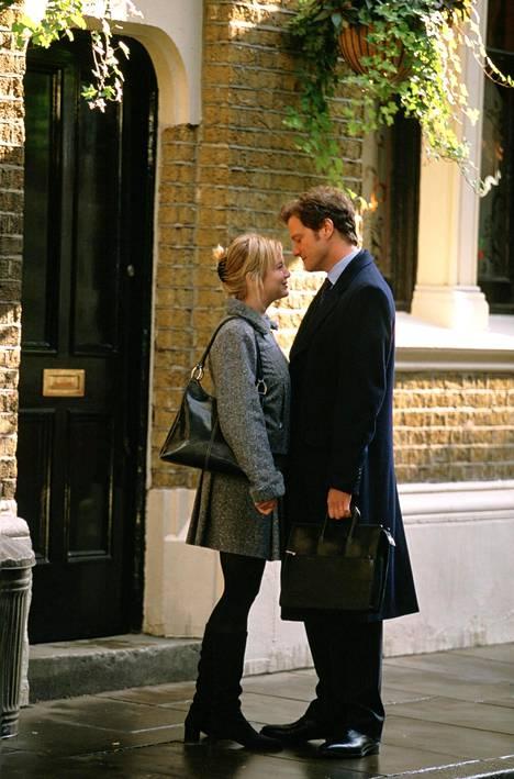 """Bridget Jones (Renée Zellweger) ja Mark Darcy (Colin Firth) läheisissä tunnelmissa vuoden 2004 elokuvassa """"Bridget Jones: Elämä jatkuu""""."""