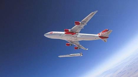 Cosmic Girl -lentokone vapautti LauncherOne -raketin. Richard Bransonin Virgin Orbit on avaruusmatkailuun keskittyvän Virgin Galacticin sisaryhtiö.