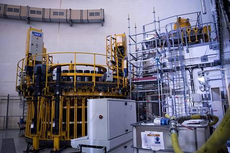 Reaktorirakennuksen huoltoa ja asennuksia varten tarvitaan massiivisia laitteita. Kuoren ruuvit kiinnitetään kuvan keltaisella laitteella.