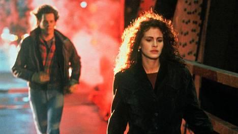 Raja tuntemattomaan -elokuvassa näytteli Julia Robertsin ja Kiefer Sutherlanin lisäksi myös Kevin Bacon.
