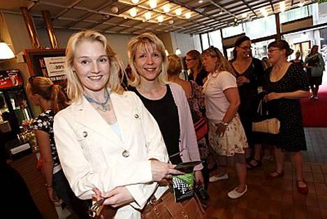 Camilla Sorento-Moilanen ja Sari Saarinen olivat varanneet liput ensi-iltaan hyvissä ajoin.