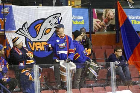Kiekko-Vantaan kannattajien rumpuryhmä löi tahtia keskiviikkona Trio Areenalla.