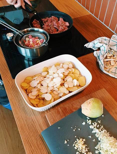 Kun kasviksia lisää vaikka peruskiusauksiin, makaronilaatikkoon tai vaikka perunamuusiin, kasvisten kokonaismäärää ruoassa saa vähitellen lisättyä. Salmelan kotona vauvalle tehdään oma annos mahdollisimman paljon samoista pääraaka-aineista, kuin mitä aikuistenkin ruoka on.
