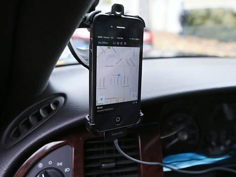 Taksien välityspalvelu Uberin toiminta perustuu paikantamiseen ja mobiilisovelluksiin.