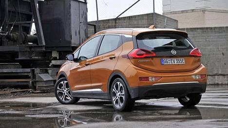 IS:n ensitestissä uusi Ampera-e osoittautui kyvykkääksi autoksi, jonka akkupaketti (60 kWh) on paketoitu taidokkaasti.