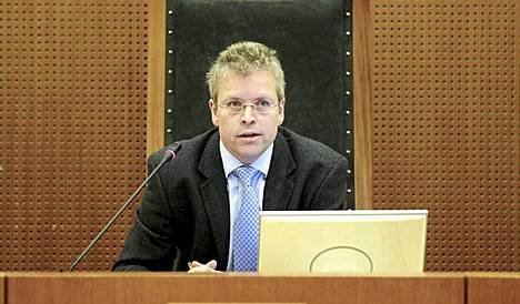 Tuomari Torkjell Nesheim johtaa istuntoa.