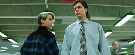 Jari Sarasvuon (Mikko Nousiainen, kesk.) liikekumppaneita näyttelevät Valmentaja-elokuvassa muun muassa Iiro Panula ja Jukka Rasila.