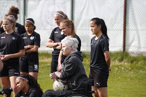 Heidi Foxell haluaa muistuttaa nuoria jalkapalloilijoita, että kyseessä on lopulta vain peli.