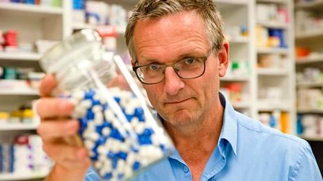 Toimittaja Michael Mosley (vas.) selvittää Britannian opioidiongelmaa Prisma-dokumentissa.