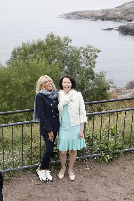 Brigitte Macron vietti viime kesänä aikaa Helsingissä rouva Jenni Haukion kanssa.
