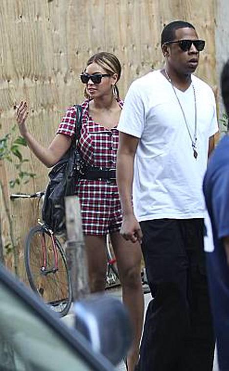 Shortsipukuinen Knowles ja Jay-Z kävelivät vartiossa elokuvan kuvauspaikalle.