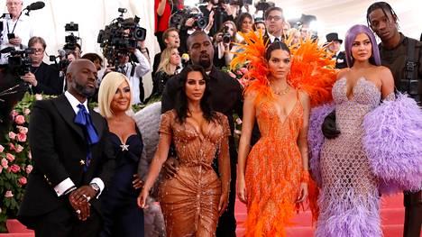 Vuoden 2019 Met-gaalassa poseerasivat yhdessä (vasemmalta) Corey Gamble ja Kris Jenner, Kim Kardashian ja Kanye West, Kendall Jenner sekä Kylie Jenner ja Travis Scott.