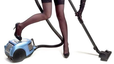 Kuvan siivooja on ylipukeutunut yrityksen kriteereillä mitattuna.