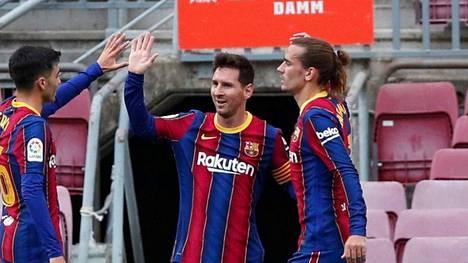 ESPN kertoi Lionel Messin (kesk.) jatkavan FC Barcelonassa.