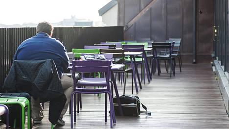 """Suomalainen istuu tai makaa 9 tuntia päivästä – """"20 askelta vessaan saa lihaksemme hereille ja perusaineenvaihdunnan käyntiin"""""""