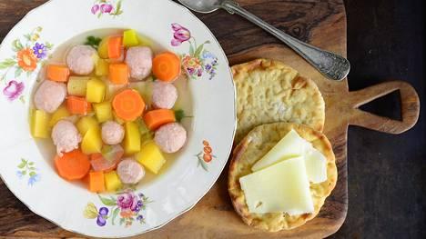 Siskonmakkarakeitto maistuu tuoreiden perunarieskojen kanssa.