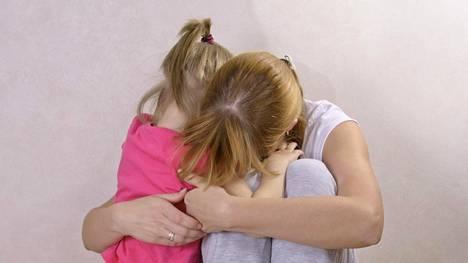 """Psykoterapeutin mukaan tyypillinen petetty, """"Hanna"""", on pettämisen paljastumisen aikaan pienten lasten äiti."""
