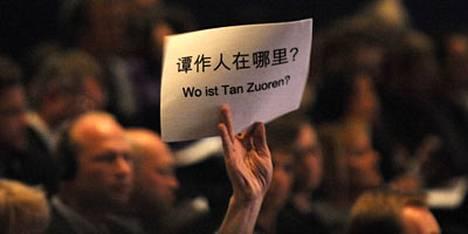 Mielenosoittaja kyseli jo lokakuussa Frankfurtin kirjamessuilla Kiinan varapresdentin Xi Jingpinin puheenaikana aktivisti Tan Zuorenin olinpaikkaa.