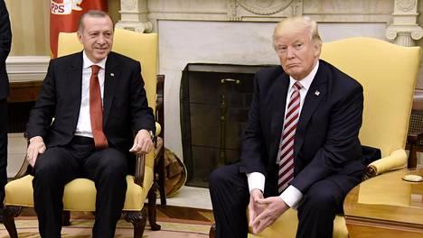 Turkin presidentti Erdogan ja tämän Yhdysvaltain kollega Trump tapasivat Washingtonissa myös vuonna 2017.