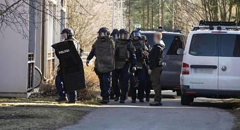 Poliisi on vahvistanut ainoastaan sen, että operaatio liittyy päivällä Puolivälinkankaalla tapahtuneeseen ammuskeluun.