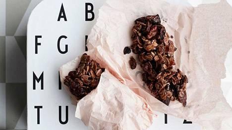 Itse tehdyt välipalapatukat päihittävät valmisversiot mennen tullen. Ne säilyvät parhaiten huoneenlämmössä leivinpaperiin kääräistynä.