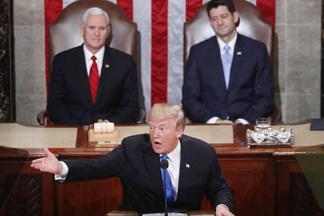 Osa kongressista buuasi Trumpin esityksille.