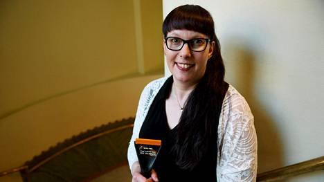 Vuoden 2018 Jääraappa-palkinnon saaja, lähihoitaja Tarja Parkatti Tutkivan journalismin yhdistyksen palkitsemistilaisuudessa Helsingissä 22. toukokuuta 2019.